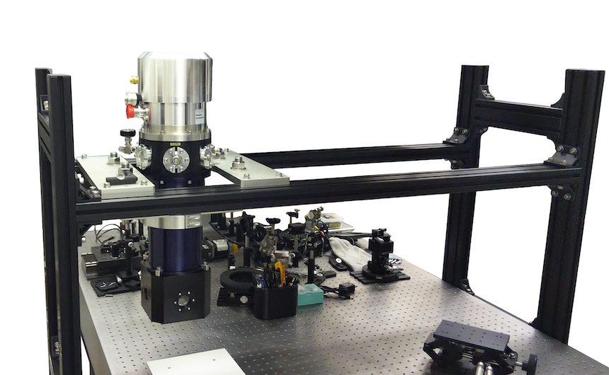 光学パルスチューブ冷凍機クライオスタット